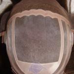 HS19: Peluquín con base de Monofilamento y tul en la parte frontal.